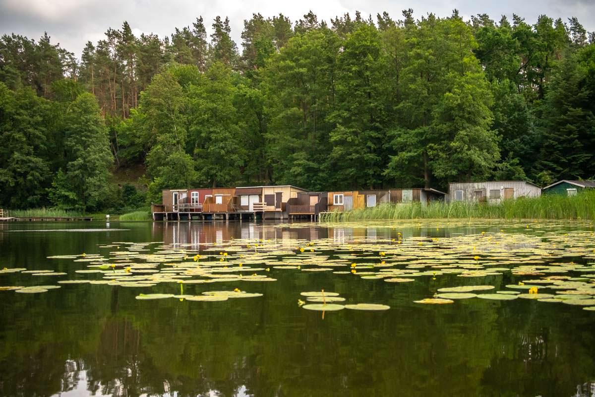 Bunte Fischerhütten säumen das Ufer der Oberen Havel