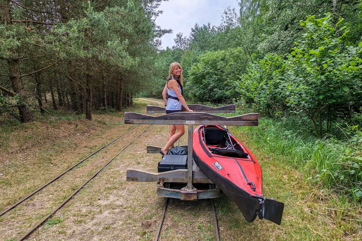 Dank der Lorenbahn in Granzin wird das Umtragen des Kanus ein Kinderspiel