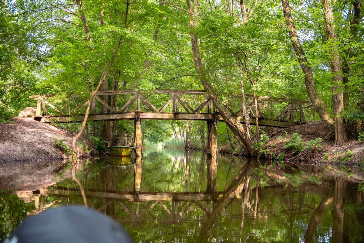Romantische Fußgängerbrücke aus Holz beim Wasserwandern auf der Oberen Havel