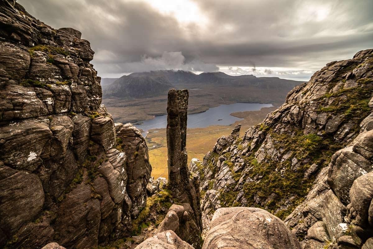 Der Gipfel vom Stac Pollaidh in Schottland besitzt auffällige Felsformationen