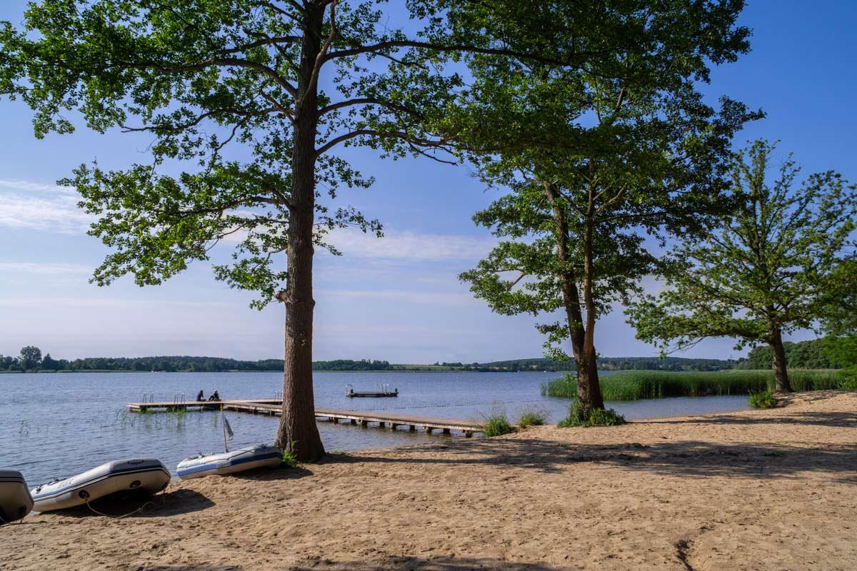 Der Sandstrand vom Campingplatz Havelberge ist auch Anlandestelle für Kanus