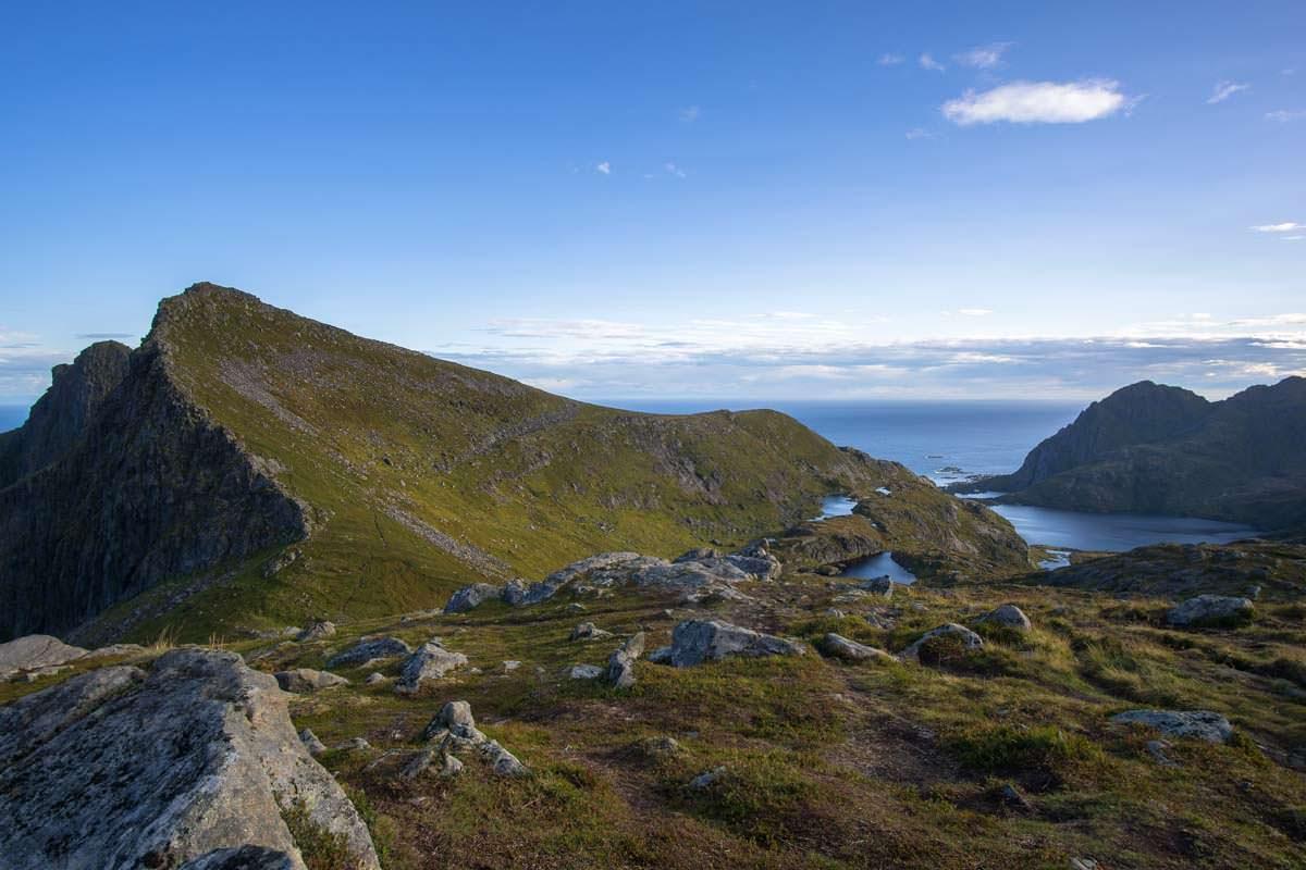 Die grünen Fjellhänge der Lofoten