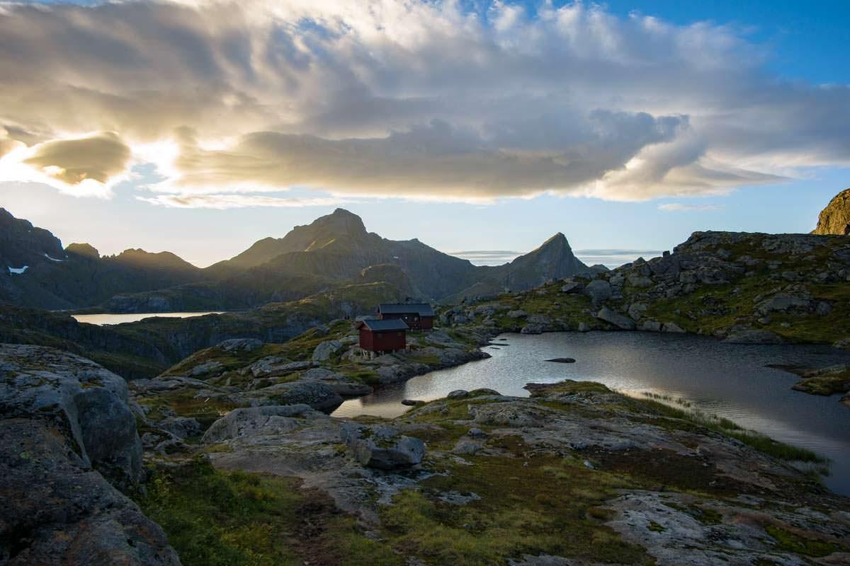 Die Munkebu Hut liegt zwischen mehreren Bergseen