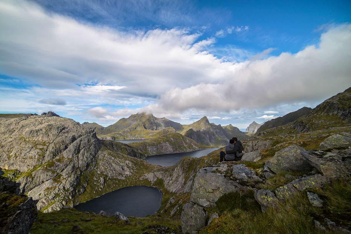 Ausblick über die Landschaft an der Munkebu Hut (Lofoten)