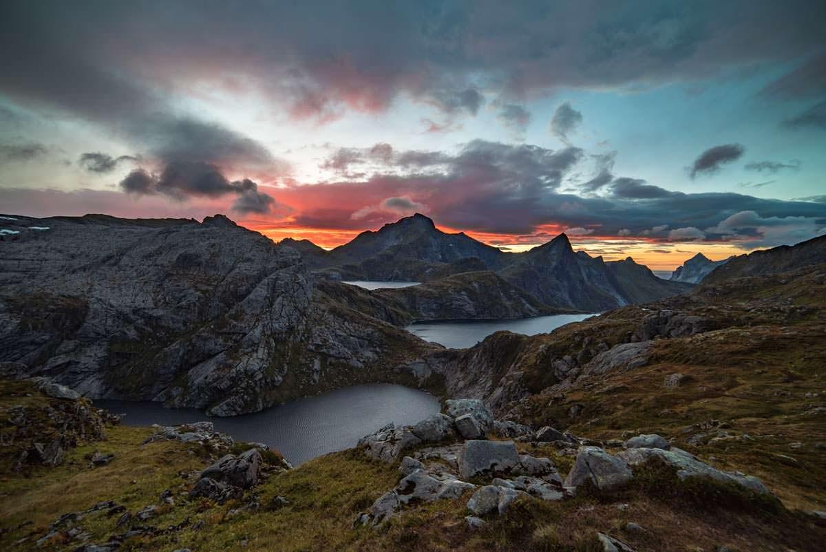 Die zahlreichen Seen an der Munkebu Hut bei Sonnenuntergang