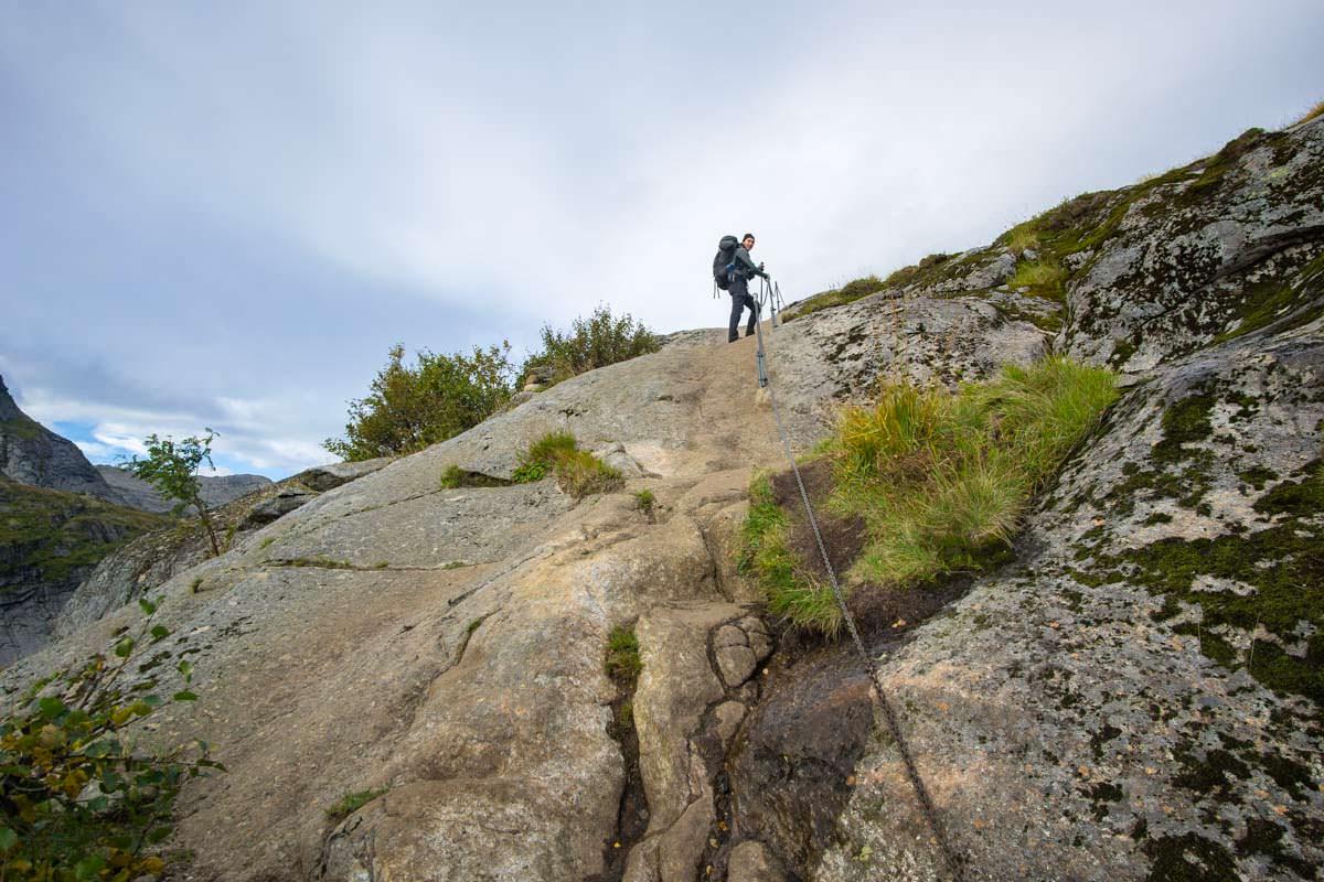 Auf dem Weg zur Munkebu Hut müssen einige steile Steinplatten mithilfe von Drahtseilen überwunden werden