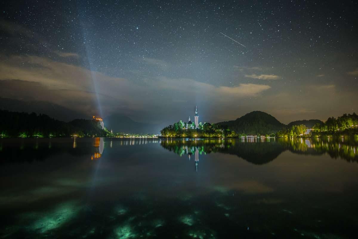Nachts werden die Gebäude am Bleder See angestrahlt