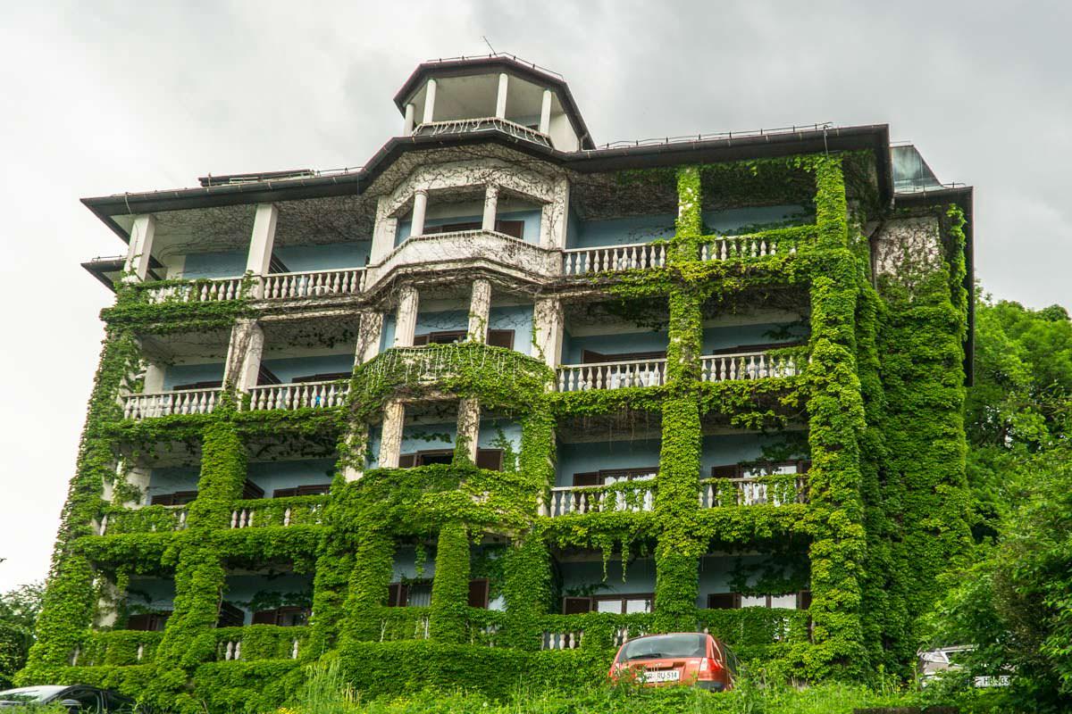 Das Hotel Jadran in Bled ist komplett zugewachsen