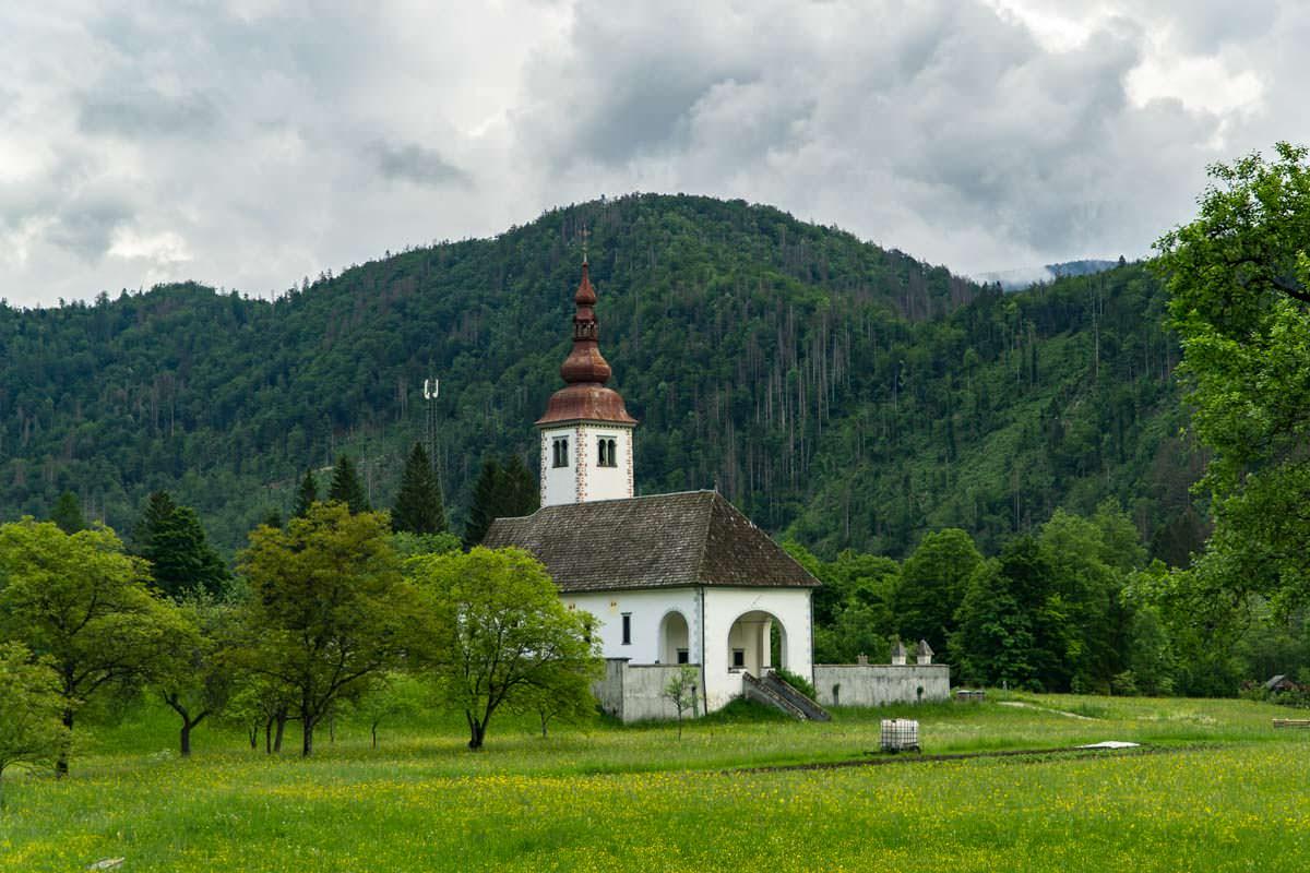 Bei der Anreise zum Camping am Bohinj See (Nationalpark Triglav) fahren wir an dieser Kirche in Stara Fuzina vorbei