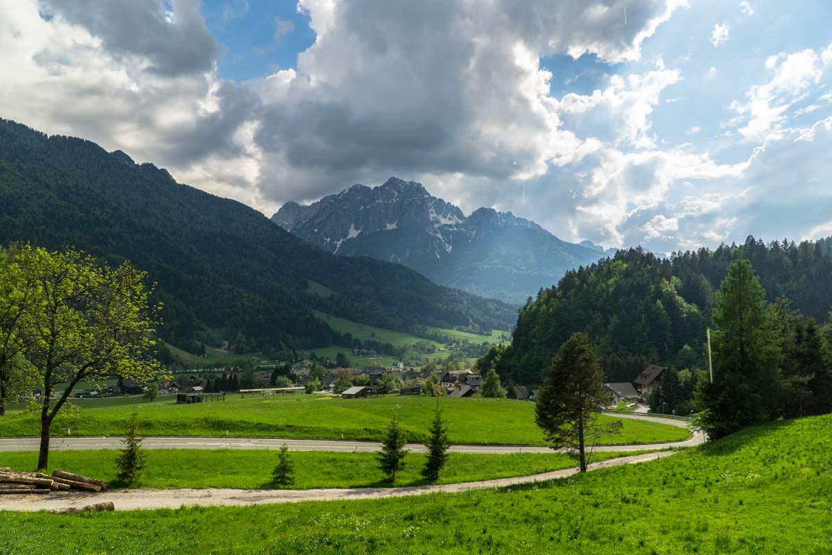 Die Anreise zum Nationalpark Triglav führt durch den Ort Kranjska Gora, in dem Camping ebenfalls möglich ist.