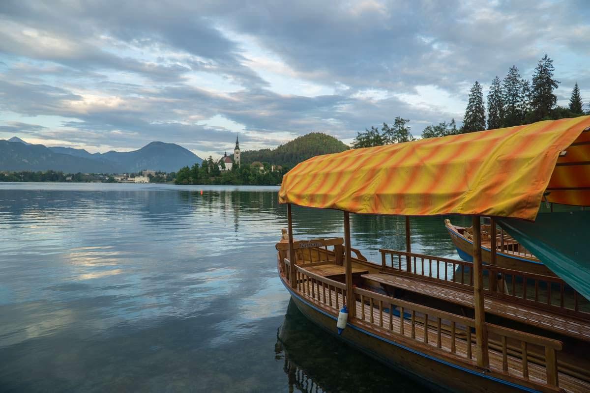 Mit einem historischen Holzboot (Pletna) kann man zur kleinen Insel auf dem Bleder See übersetzen