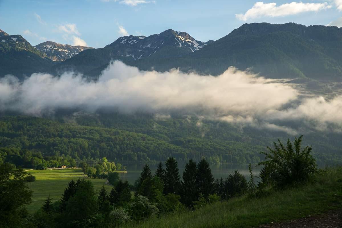 Auf den unzähligen Wanderungen über dem Bohinj See sieht man häufig Nebelwolken über dem See.