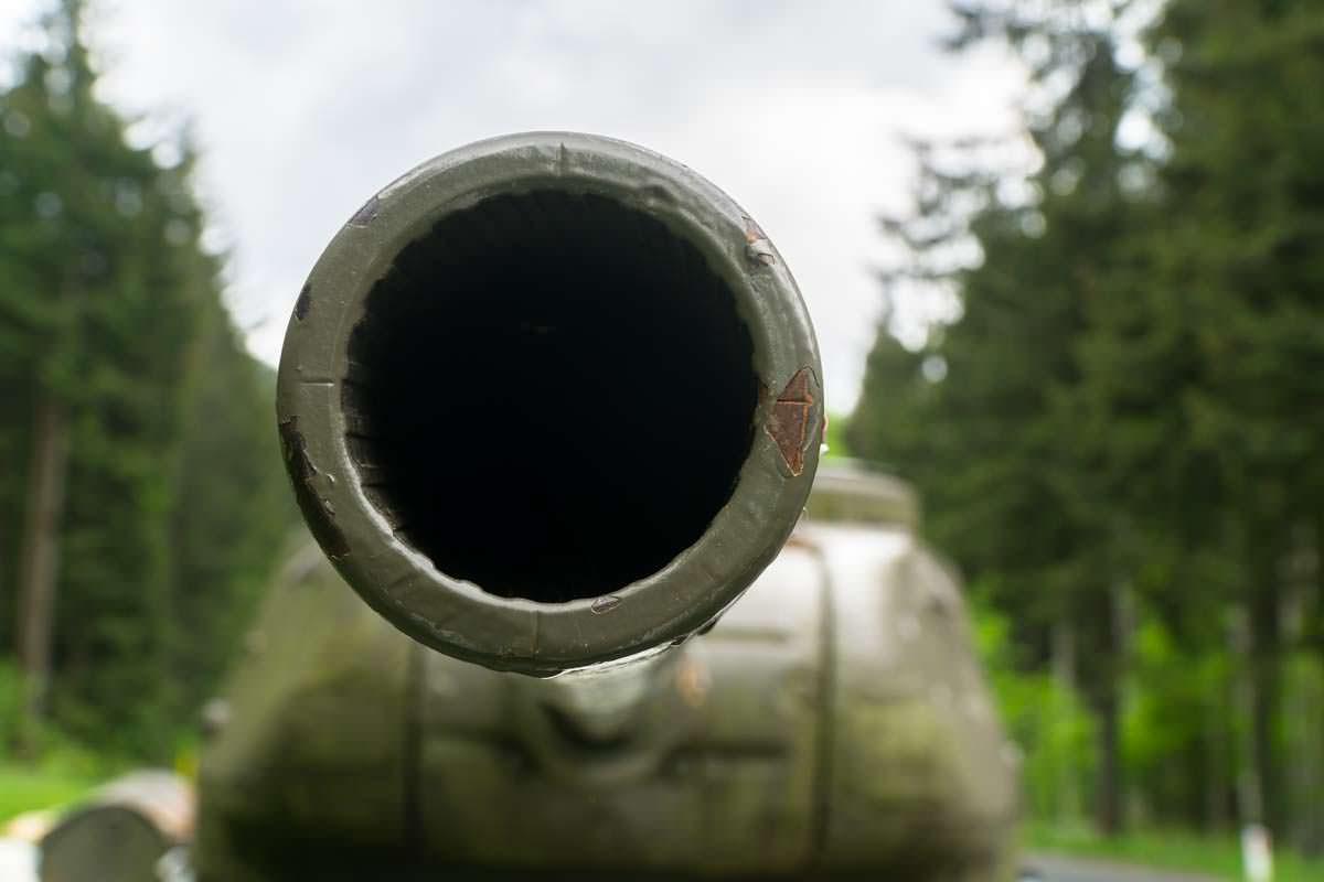 Am Wurzenpass steht ein T-34 Panzer, der an den Kalten Krieg erinnern soll