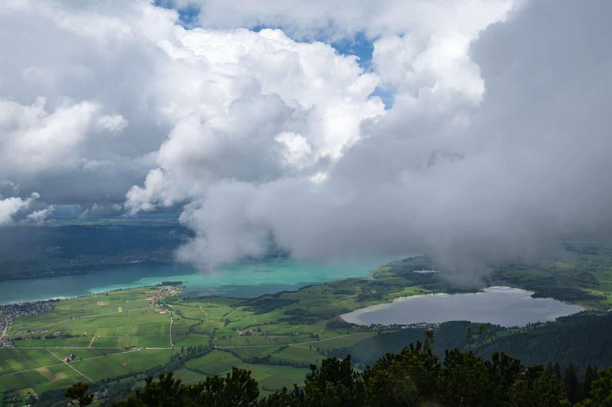 Der Forggensee ist im Winter trockengelegt, im Sommer leuchtet er türkisblau