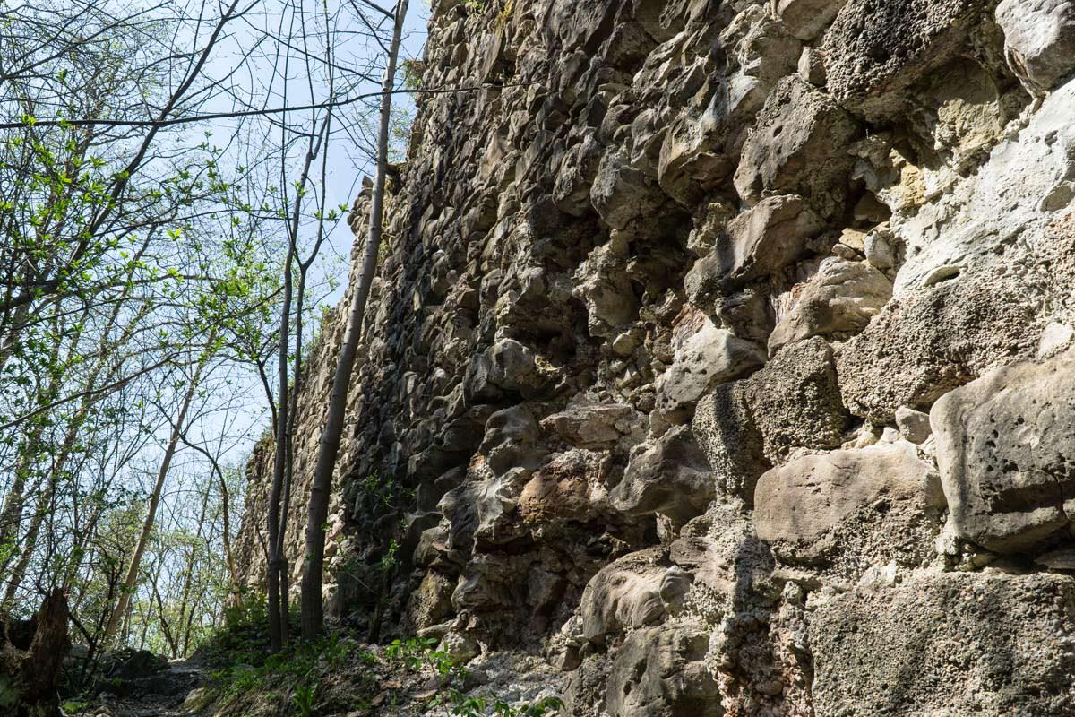 Die Nesselburg wurde im 13. Jahrhundert erbaut und im 16. Jahrhundert niedergebrannt.