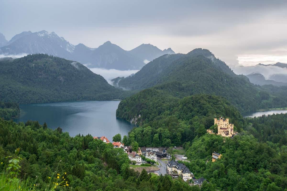 HInter dem Schloss Hohenschwangau liegen Alpsee, Schwansee und die Tannheimer Alpen