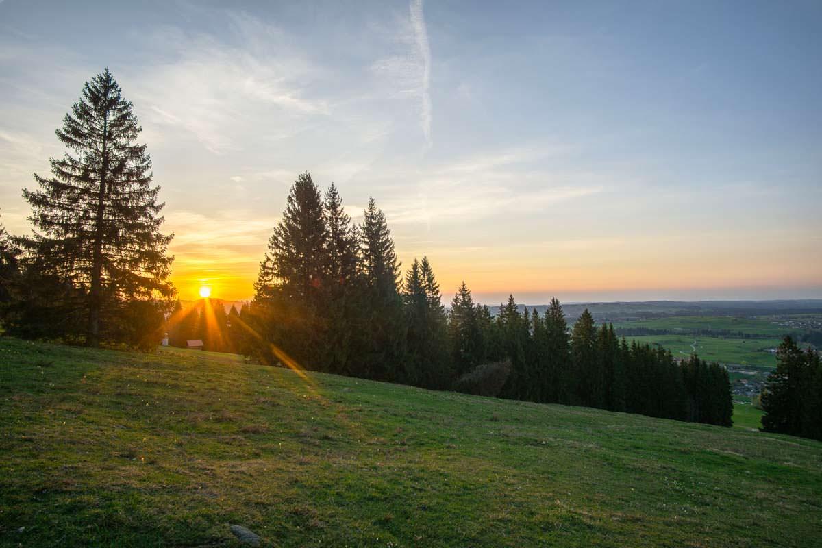 Sonnenuntergang über den Wiesen des Alpspitz