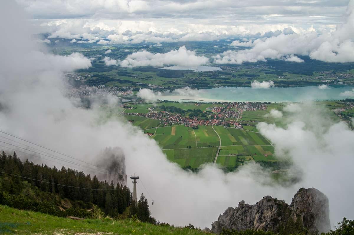 Mit der Tegelbergbahn schwebt man schnell auf das Bergmassiv