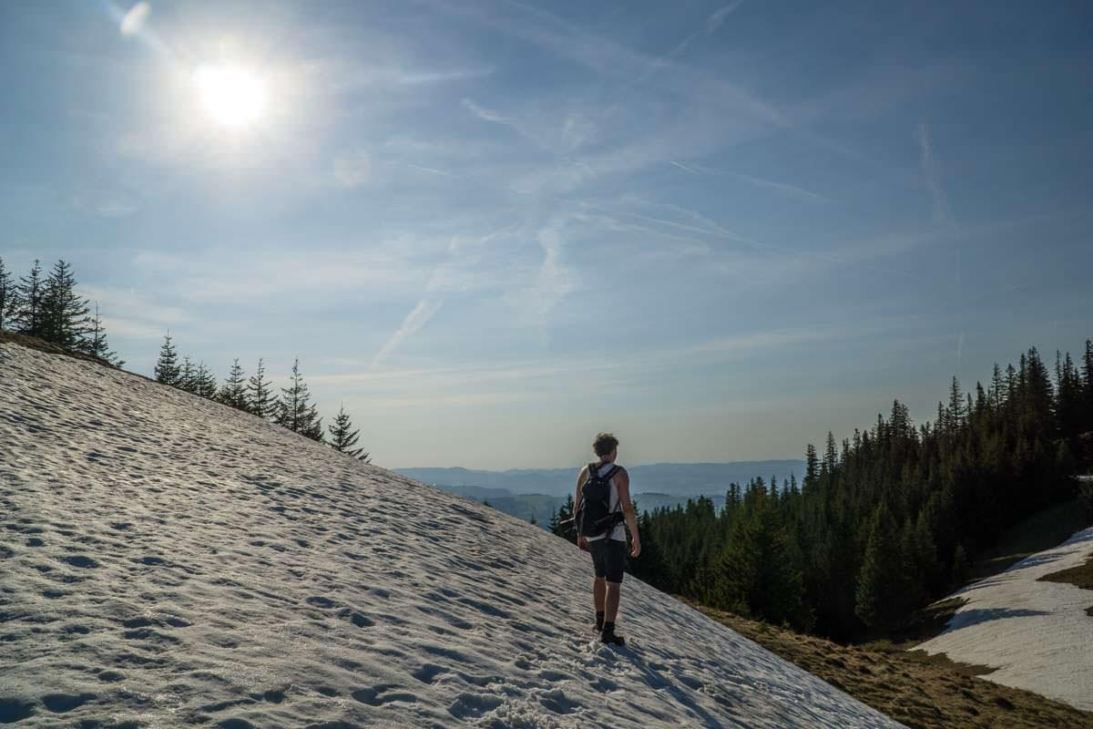 Beim Wandern im Allgäu kann man auch im Frühling noch auf Schnee treffen