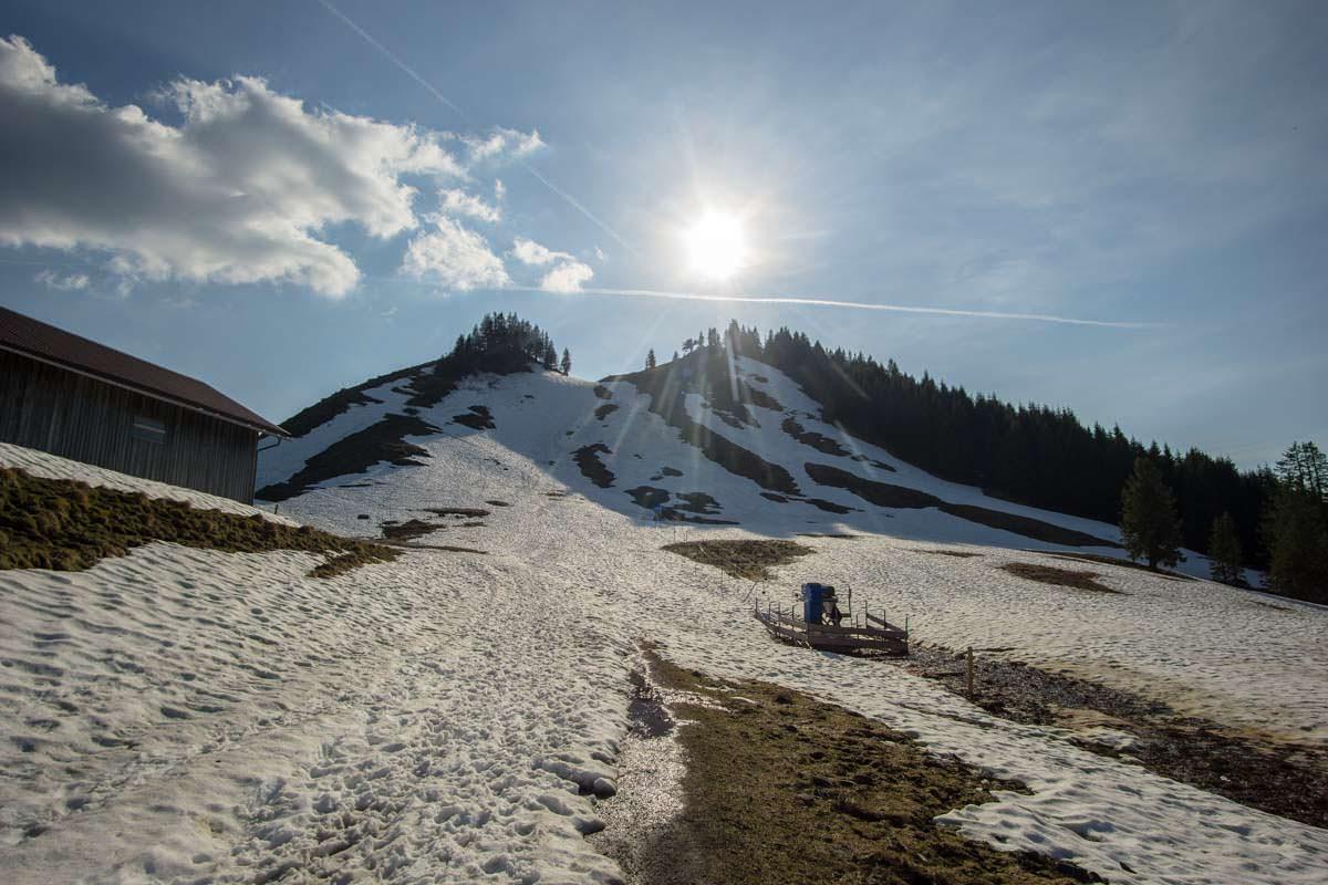 Auf dem Wanderweg zum Alpspitz liegt noch einiges an Schnee