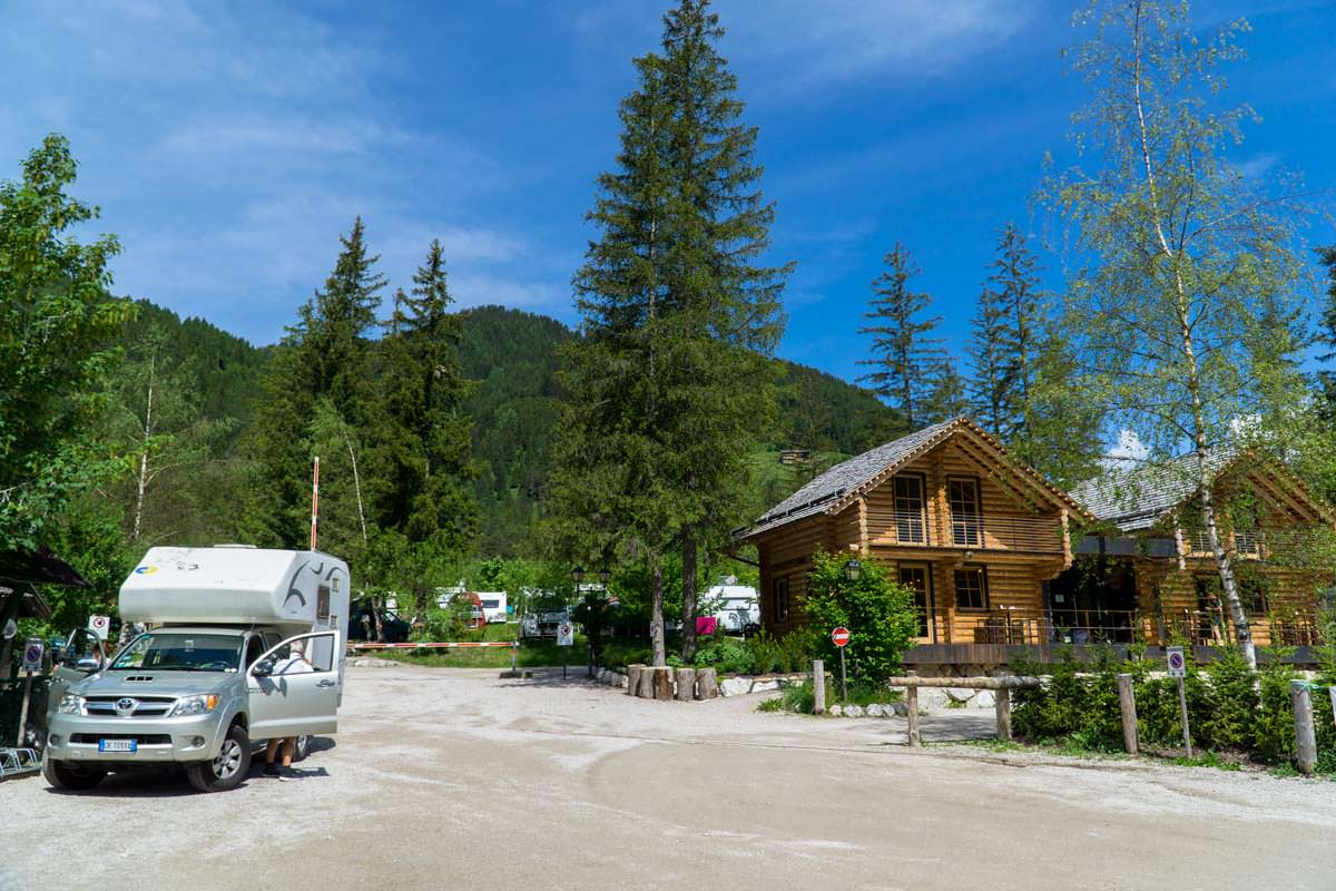 Für das Zelten auf einem Campingplatz steht eine ganz andere Ausrüstung auf unserer Packliste als für Trekkingtouren: Camping Toblacher See in Südtirol