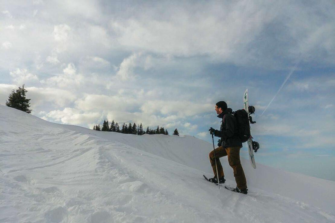 Schneeschuhwandern mit dem Snowboard