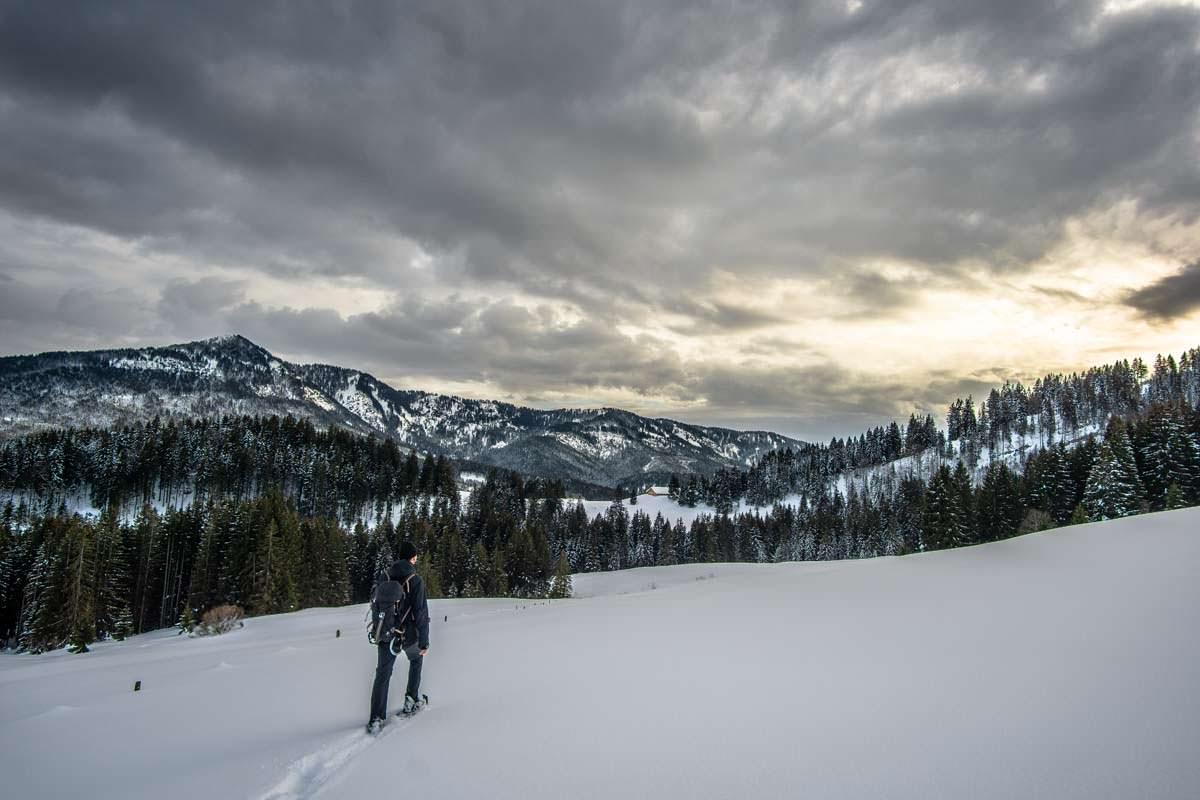Schneeschuhwandern für Anfänger: mit den Schneeschuhen erkundet ihr einsame Winterlandschaften