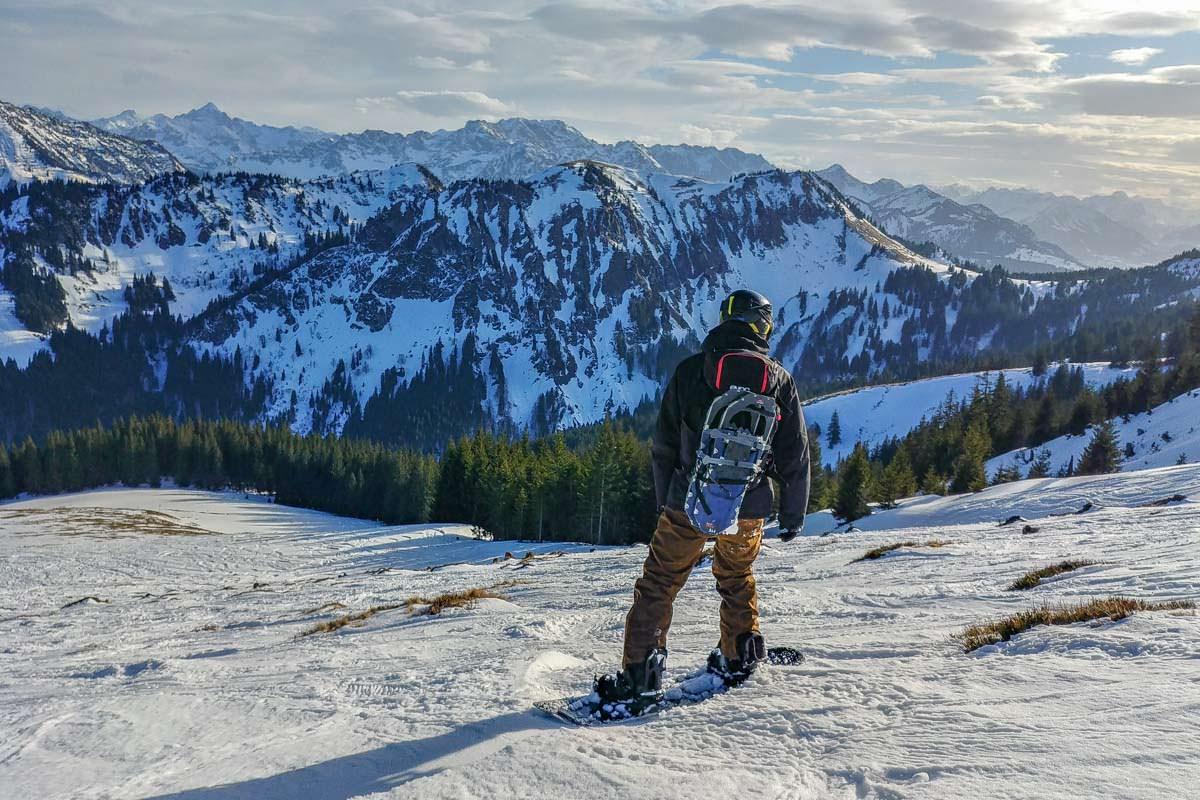 Ein guter Tourenrucksack bietet Befestigungsmöglichkeiten für die komplette Ausrüstung wie Snowboard und Schneeschuhe
