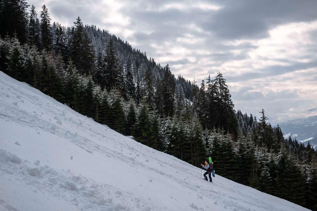 Steighilfen an den Schneeschuhen erleichtern den Aufstieg beim Schneeschuhwandern