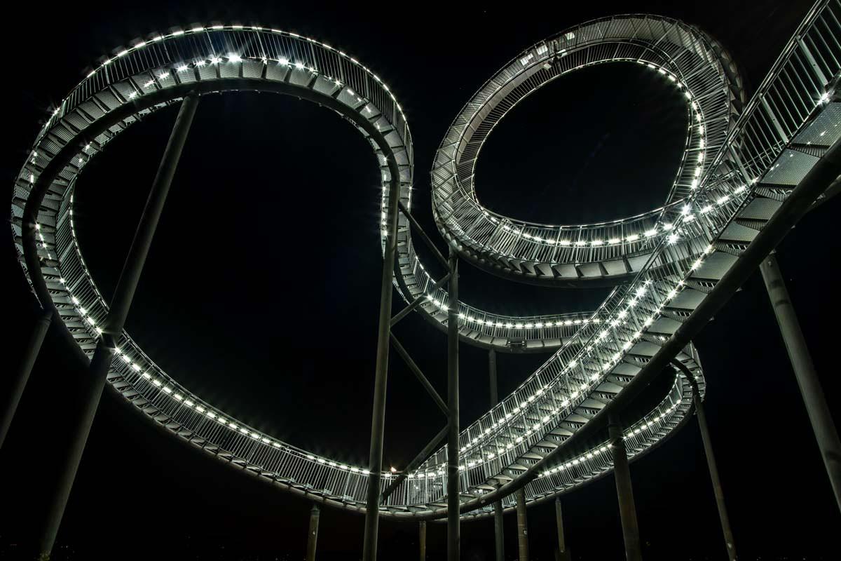 Der Looping von Tiger & Turtle in Duisburg bei Nacht