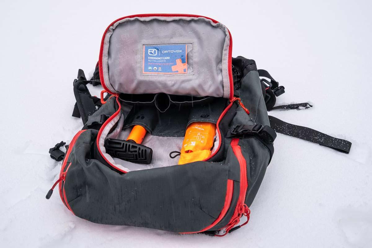 Ein guter Tourenrucksack bietet eine separate Tasche für das LVS-Set und die restliche Ausrüstung