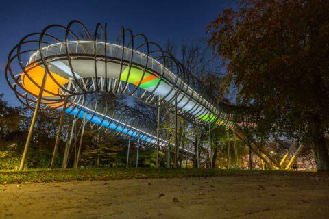 Nachts ist die Slinky Springs to Fame Brücke ein tolles Fotomotiv in Oberhausen