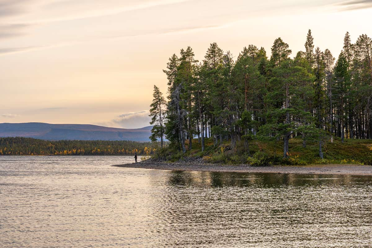 Angeln in Årrenjarka in Lappland