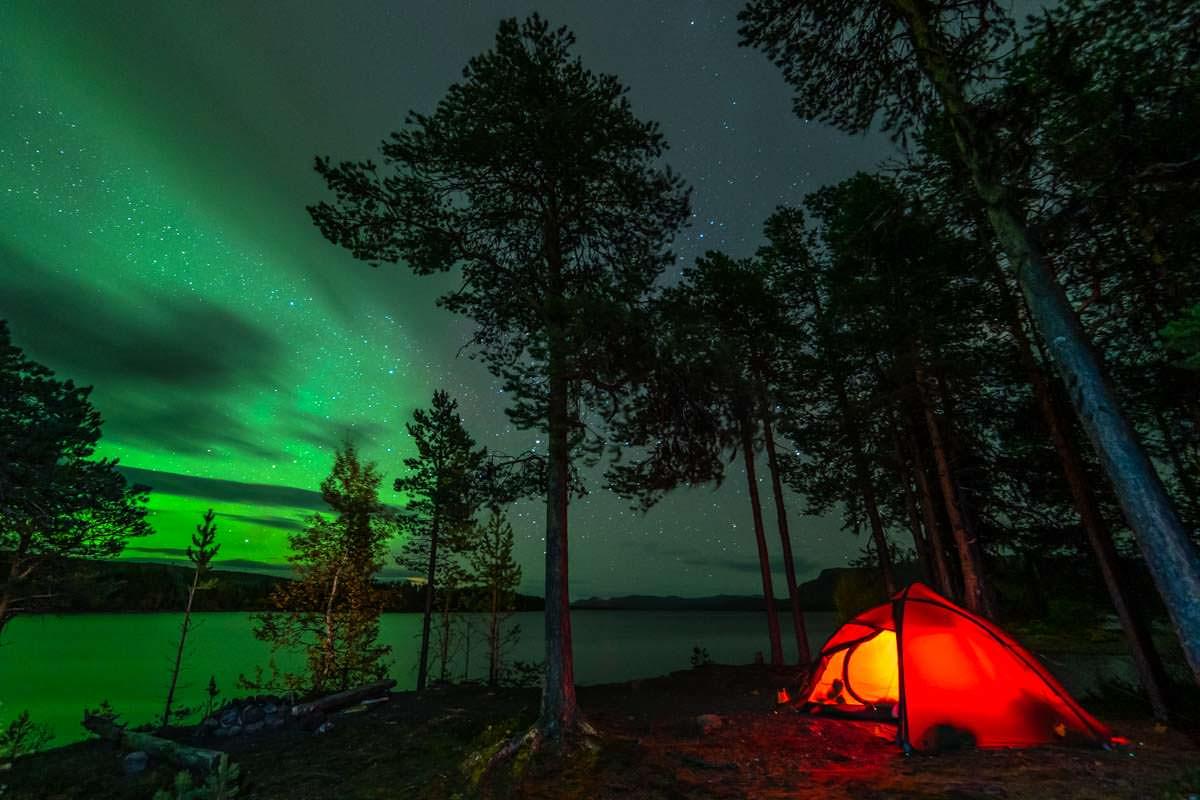 Nordlichter über dem Campingplatz in Årrenjarka