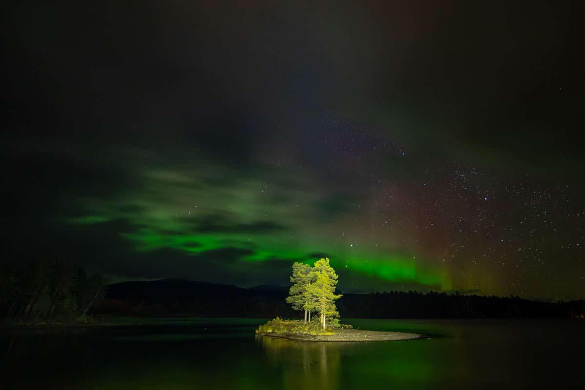 Nordlichter über dem Saggat bei Årrenjarka in Schweden, Lappland