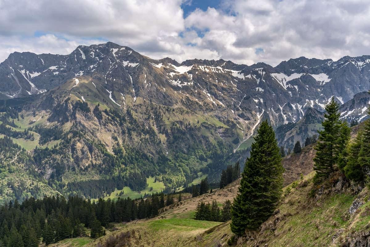 Vom Schnippenkopf auf dem Sonnenkopfgrat blickt man auf das Nebelhorn