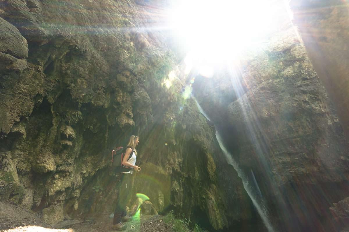 Morgens scheint die Sonne von vorne in den Tobel am Hinanger Wasserfall
